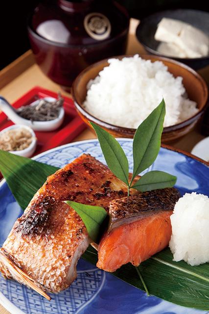 銀座米料亭 八代目儀兵衛(銀座) 季節の焼き魚二種盛りの銀シャリ御膳 1520円 皮はパリパリ、口に含めば魚の旨みがジュワッ。絶妙な焼き加減でごはんとの相性バッチリ。