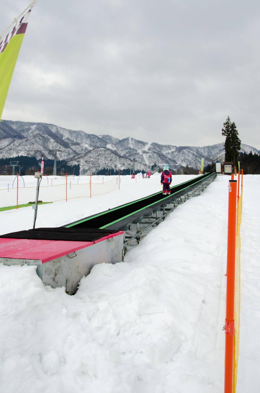 専用練習エリアには、スノーエスカレーター完備|ママミキーキッズスノースクール
