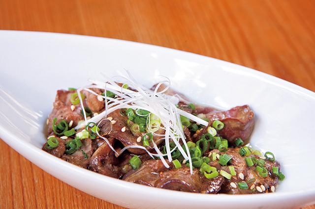 鶏太(元住吉)炙りトロレバー 500円(税別)大山鶏のレバーをレア状態にさっと炙り、ごま油とにんにくで和えた人気の一品。