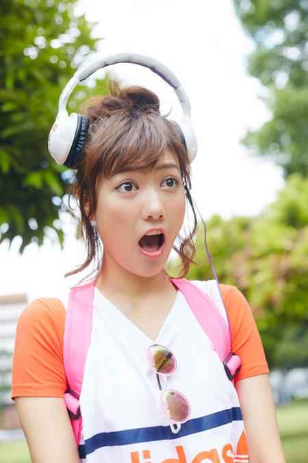 ヘッドホンが上にずれ、コミカルな表情で驚きを表すAKB48時代の宮澤佐江
