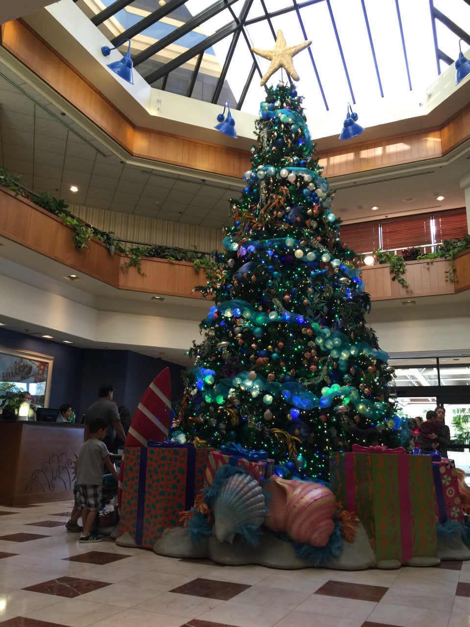サーフボードを抱えたグーフィーはクリスマスツリーに大変身!