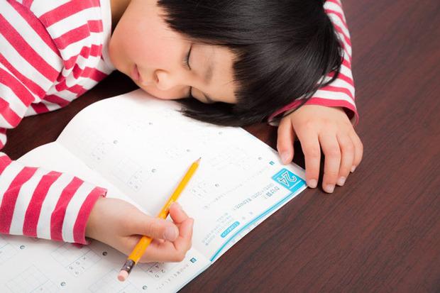 """子供と睡眠】わずか2時間不足で、脳は""""ほろ酔い状態""""。成長に与える、深刻な影響とは(1/3) - ハピママ*"""