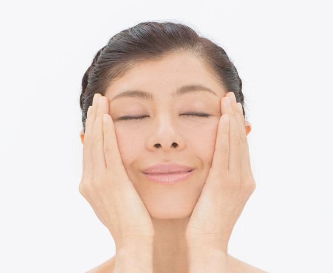 【脳活顔ヨガの後に】<br/> ココナッツオイルで、フェイスパック&マッサージ <br/>☆保湿・乾燥ケア・シワ&たるみ予防・自然治癒力アップ<br/> 保湿力が高く、肌への浸透性もよいココナッツオイルは、まさに天然の化粧品!  オイルパックにもなるし、マッサージオイルや保湿剤としても使えます。 抗炎症作用があるため、乾燥しがちな季節の肌荒れ予防にも最適。「脳ヨガ」のクールダウン【トントン・クルクル・フーフー体操】のときにつけて行ってはいかがでしょう。