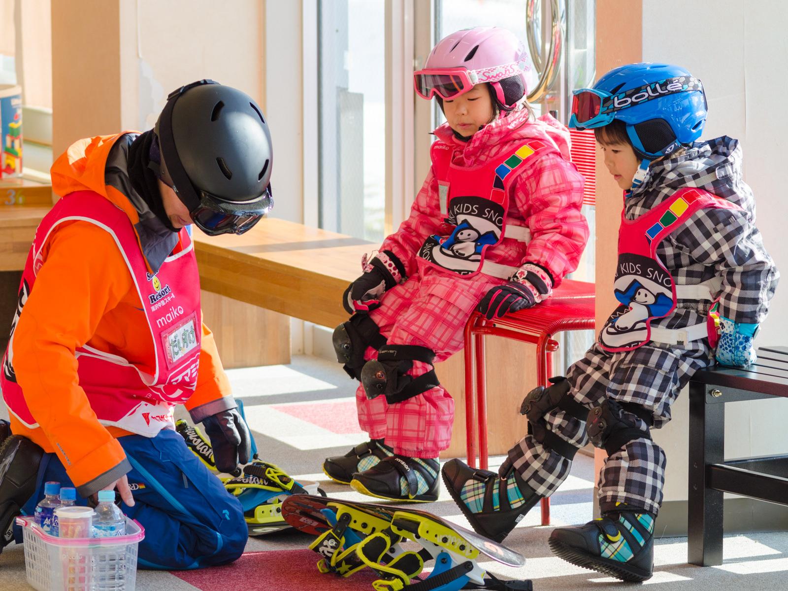 ヘルメットに加え、膝当ても装備|ママミキーキッズスノースクール