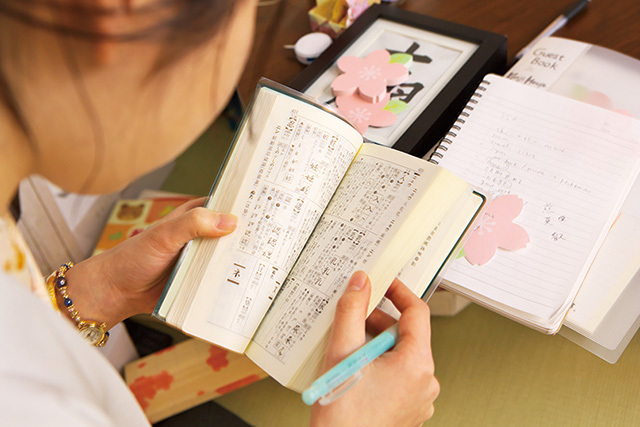 漢字名付け体験のプロセス3「漢字決定」 キーワードをヒントに漢字辞典からその人の名前にふさわしい漢字を一字一字決めていく。