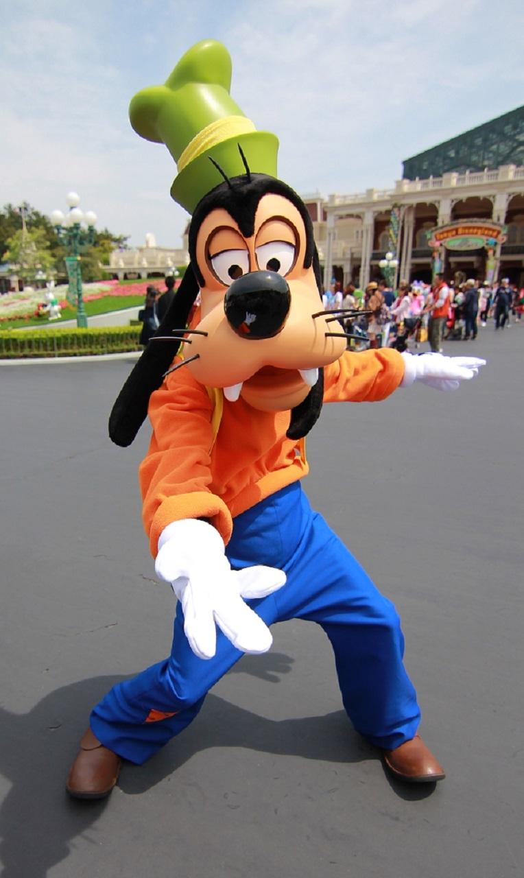 東京ディズニーランドのメインエントランスで出会ったグーフィー。かっこいいポーズのはずがなぜかちょっと面白いのが彼の魅力ですね! ©Disney