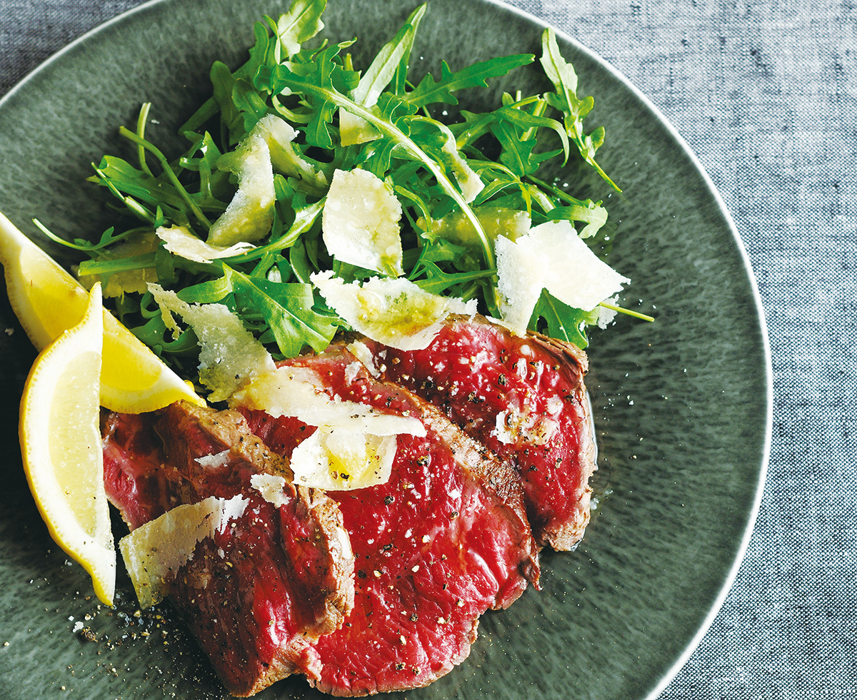 イタリア語で「切る」という意味を持つ、トスカーナの郷土料理・タリアータ。フレッシュな肉感と程よい噛みごたえが魅力で、ミネラルの強いタイプの赤身肉と相性がよい