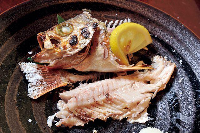 魚マナー/焼き魚5外した骨は皿の端へ、残りの半身をいただく