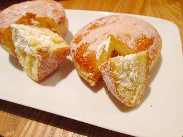 (右)セブン-イレブン「ホイップクリーム」 (左)ミスタードーナツ「エンゼルクリーム」