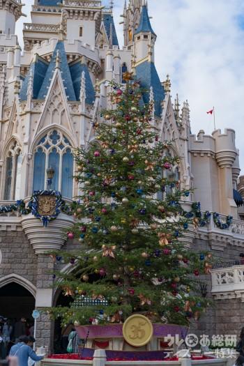 2018年クリスマスツリーは特別! TDLに木のあたたかみを感じる新