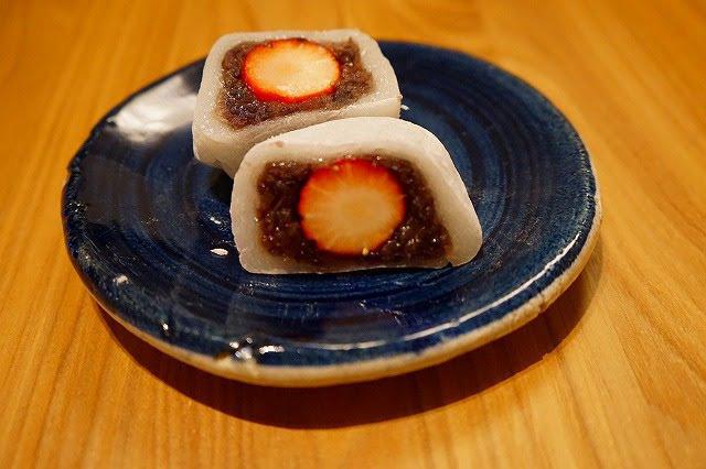 少し小ぶりないちご大福、粒あんの美味しさと苺の甘さの相性が良い。 花園饅頭 いちご大福 237円
