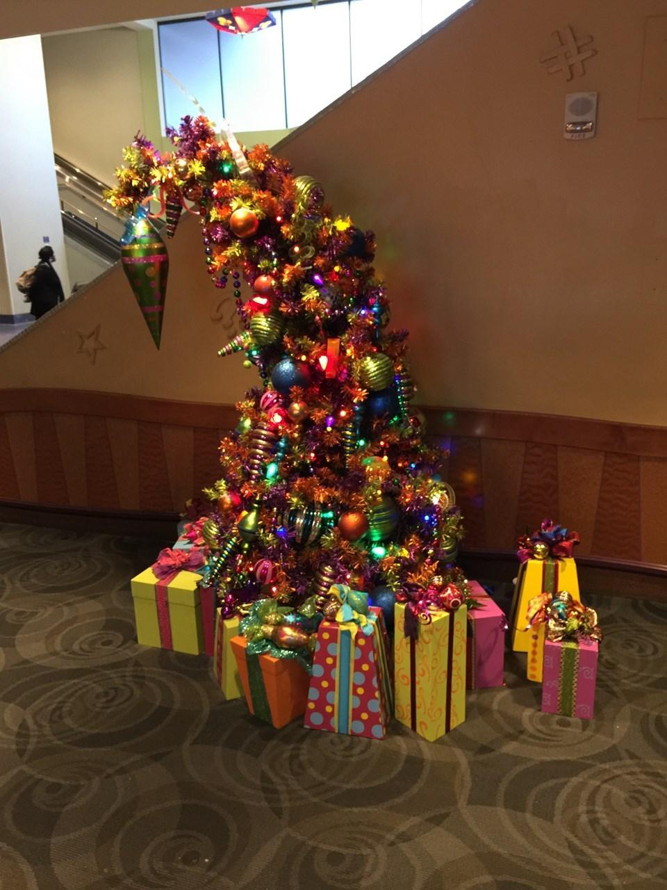 グーフィーズキッチンのエントランスには小さなクリスマスツリーが