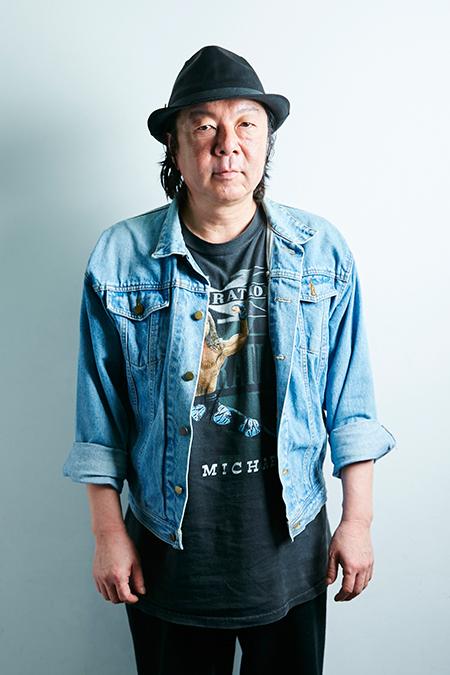 デニムのジャケットを着て立っている古田新太の画像