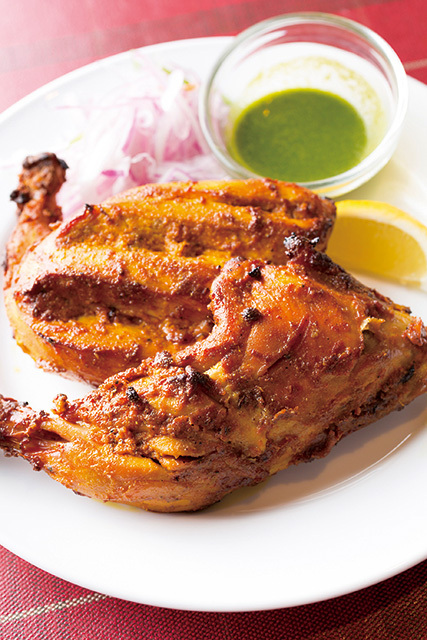 アジャンタ 麹町店(麹町)タンドゥーリ チキン 2380円スパイスとヨーグルトでマリネした鶏肉を釜で焼き上げる。野性味のあるワイルドな食感。