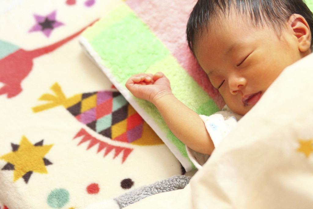 新生児 寝 てる 時 うなる