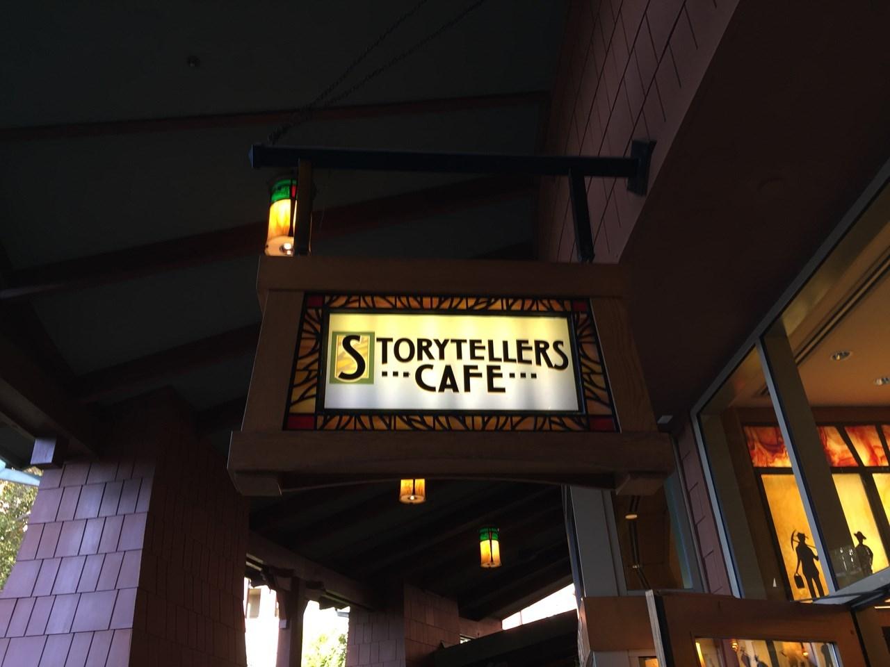落ち着いた雰囲気の外観と内装が印象的な「ストーリーテラー・カフェ」