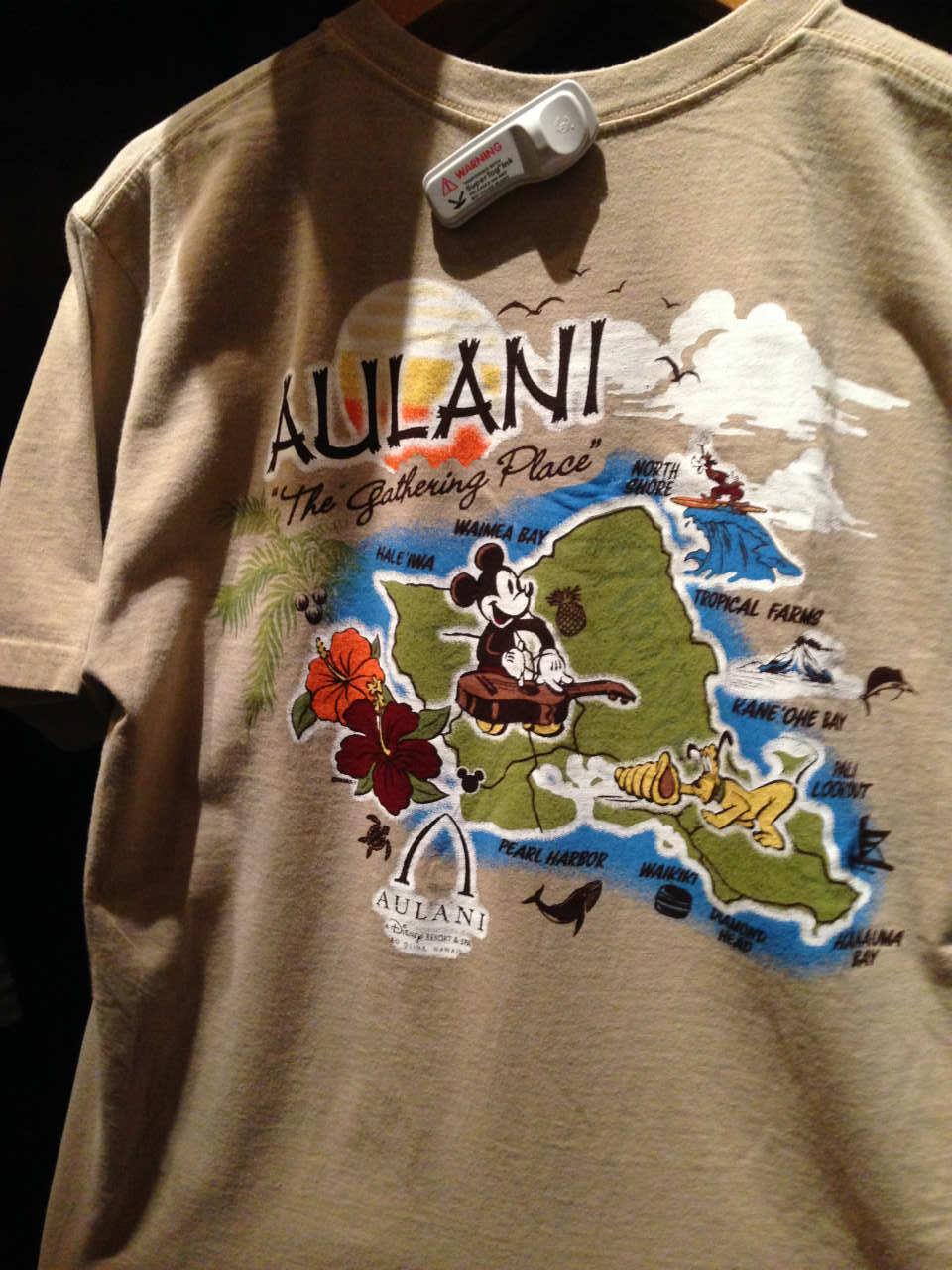 バックプリントに描かれたオアフ島とミッキーデザインのTシャツ