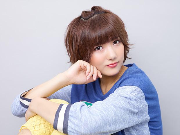 重めの前髪、ブルーのトップス、黄色のズボンですました顔のAKB48時代の宮澤佐江
