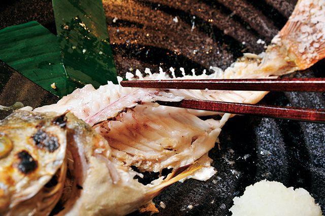 魚マナー/焼き魚4上の身を食べたら中骨を持ち上げる