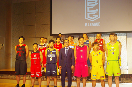 B.LEAGUE TIP OFF カンファレンスに出席した大河正明チェアマンとB1の選手18名