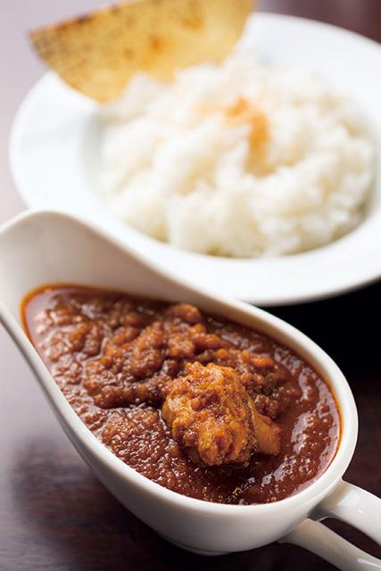 Cafe HINATA-YA(神保町)チキンカレー 850円ソースには野菜がたくさん溶け込んでいて、辛さの中にも甘みがある奥深い味わいとなっている。