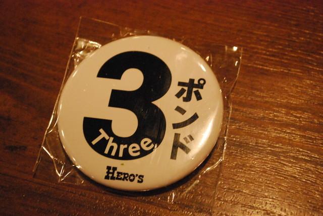 ヒーローズ・秋葉原店/3ポンドステーキを頼むと貰えるバッジ
