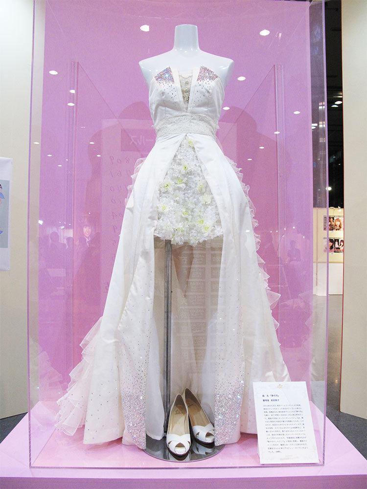 に着用した衣装の展示。伝説となっている、あっちゃんこと前田敦子さんが引退前最後のステージで『夢の河』を歌った際に着ていた、あの純白のドレスもありますよ!