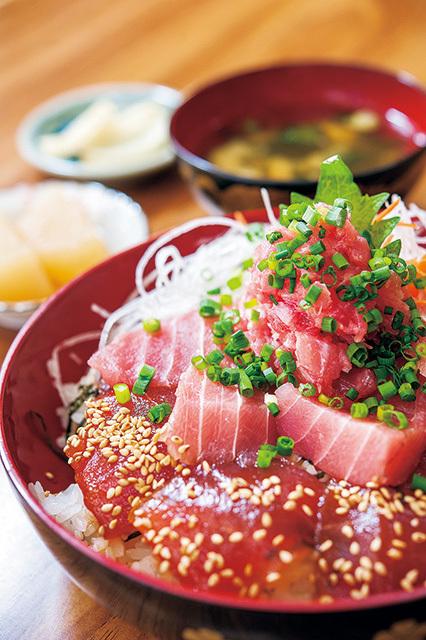 中村屋まぐろてんこ盛り丼 1350円鮪の漬け、ネギトロ、刺身などの部位を3種以上盛りつける。豪快な盛りに驚くはず。