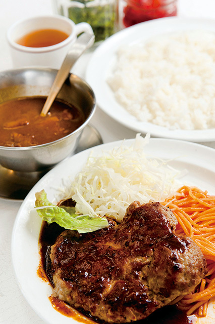 ボーイズカレー(神保町)カレー付きハンバーグ 890円カレールーは鶏ガラスープと小麦粉、カレー粉からつくる。ハンバーグにかけてもおいしい。