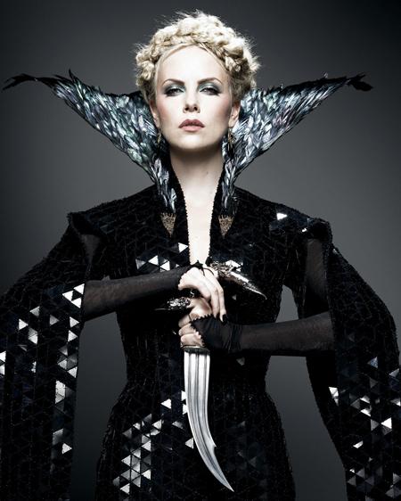 スノーホワイト』で魔性の女王に...
