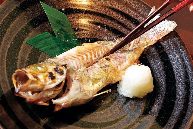 魚マナー/焼き魚2中骨に沿って身に箸を入れる