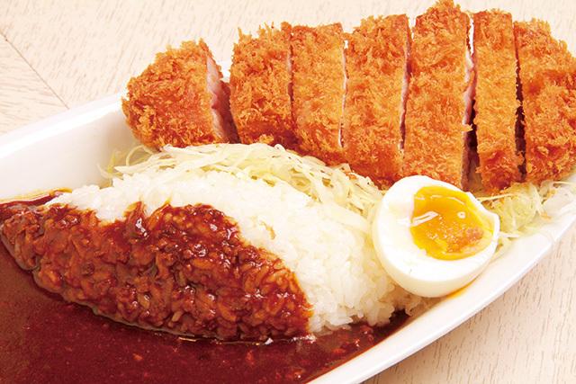 ポンチ軒(小川町) カツと特製カレー 1580円 カツはやわらかく、ライトな口当たり。カレーは豚ひき肉がたっぷり入った欧風タイプ。