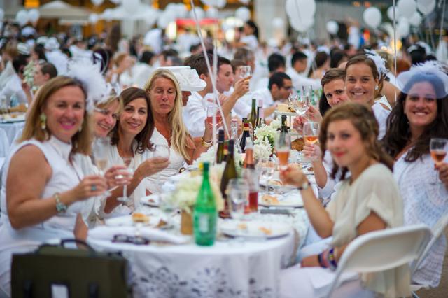 """超優雅な""""白""""で統一されたパーティー「ディネ・アン・ブラン」"""