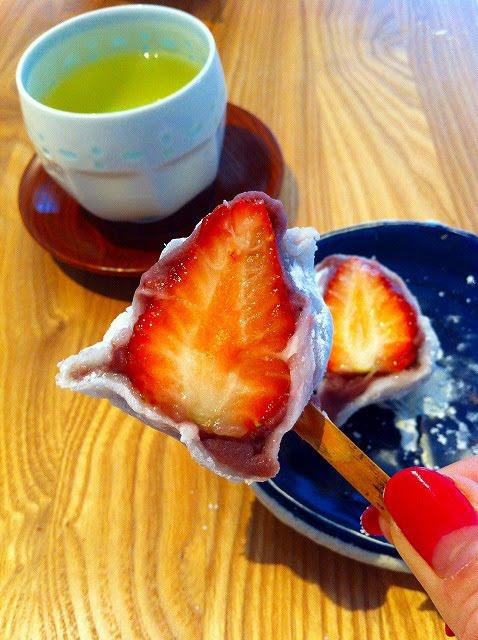 翠江堂の苺の甘さと酸味のバランスは和菓子には最高の相性のもの。苺の香りも申し分ありません。大き目の苺に、薄くてもこしのある柔かいお餅、少な目のこしあん、口の中で苺ジュースが広がります。翠江堂(八丁堀)いちご大福 216円