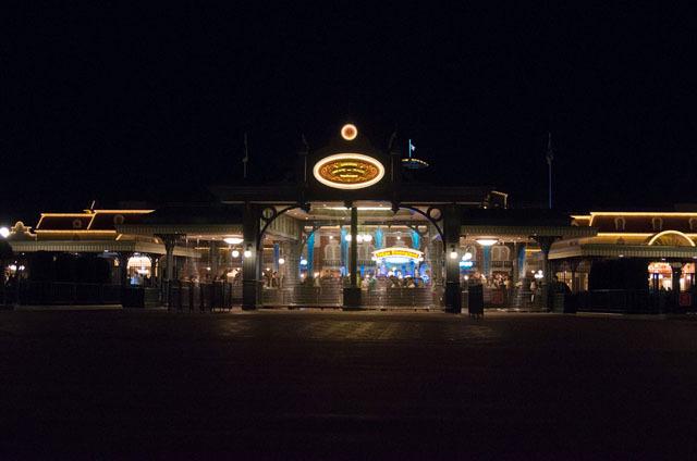 サンクスデーの営業は、20:00から22:30のわずか2時間半 ©Disney