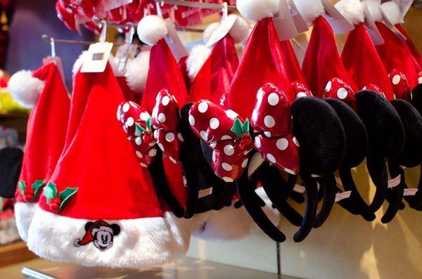 サンタミッキーファンキャップ、サンタミニーカチューシャ ©Disney