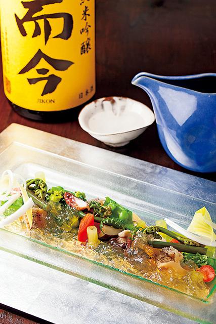 旬菜 おぐら家(池尻大橋)  山梨の野菜と鳴門の魚 鮑のジュレがけ 2000円 山梨の野菜と鳴門海峡の魚介を彩りよく盛った。鮑のだしからつくったジュレが美しい。